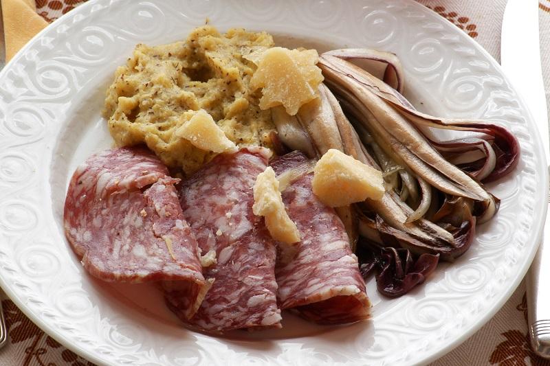 Antipasto di polenta formaggio grana soppressa e radicchio rosso